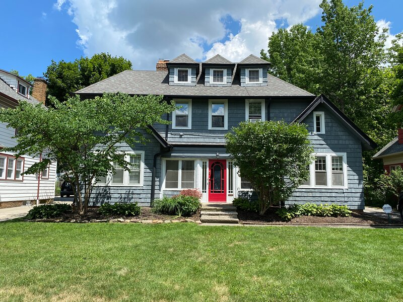 Spacious Colonial, Super Family-Friendly Area, Fenced-in Backyard, holiday rental in Cleveland Heights