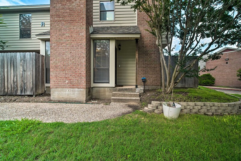 NEW! Charming Condo w/ Pool ~ 2 Mi to Texas A & M!, holiday rental in College Station