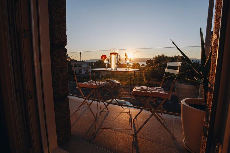 Balcony at Arousa - Upscale Getaway + Patio - Rias Baixas, alquiler de vacaciones en Vilaxoán
