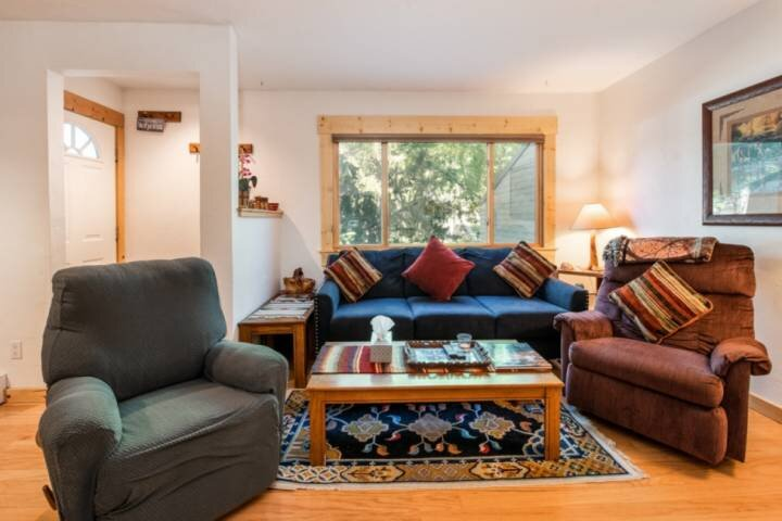 Pool/Hot Tub Open-Private Entrance, Clean, Slope Views, Near Free Bus Stop, Pati, vacation rental in Oak Creek