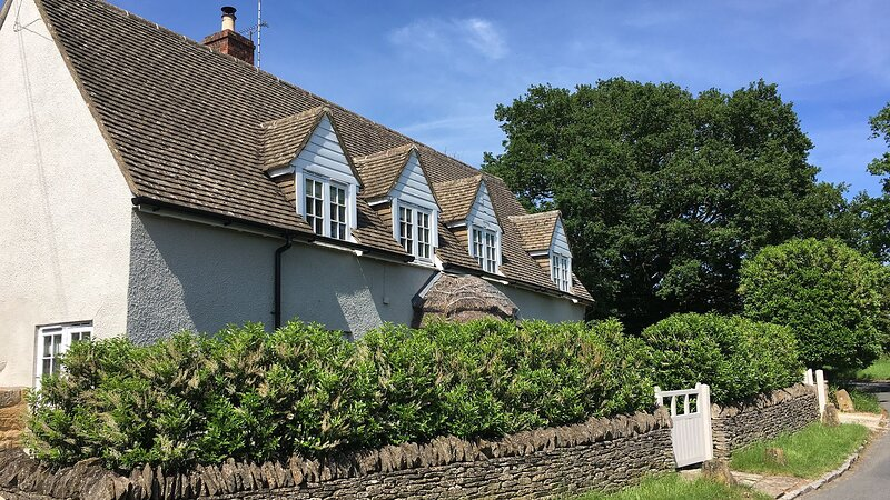 Thatch Cottage, Todenham - sleeps 6 guests  in 3 bedrooms, holiday rental in Sutton-under-Brailes