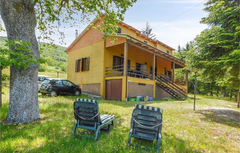 Awesome home in S.Lorenzo al l.Fiastra with WiFi and 3 Bedrooms (IMM252), location de vacances à Serravalle di Chienti