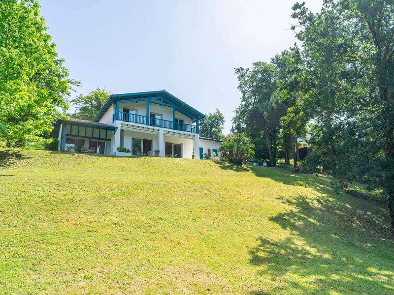 Maison dexception au pied du parcours du golf de Bassussarry, vacation rental in Villefranque
