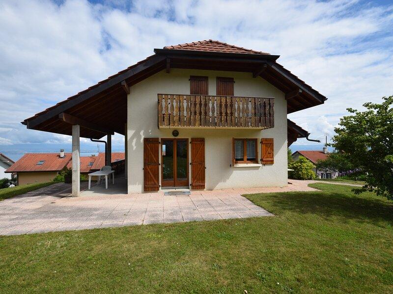 Belle maison sur les hauteurs entre Publier et Evian avec magnifique vue lac, aluguéis de temporada em Larringes