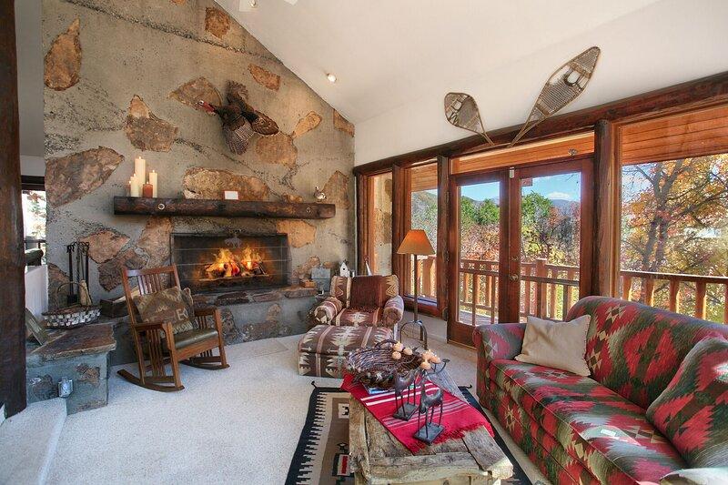 Beautiful Views, 4 Bedroom 4 Bath Cabin, Hot Tub, Wood Burning Fireplaces, casa vacanza a Sundance