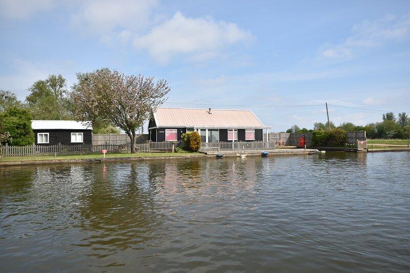 Bathurst - 3 Bedroom Waterside Cottage, perfect for fishing, location de vacances à Hickling