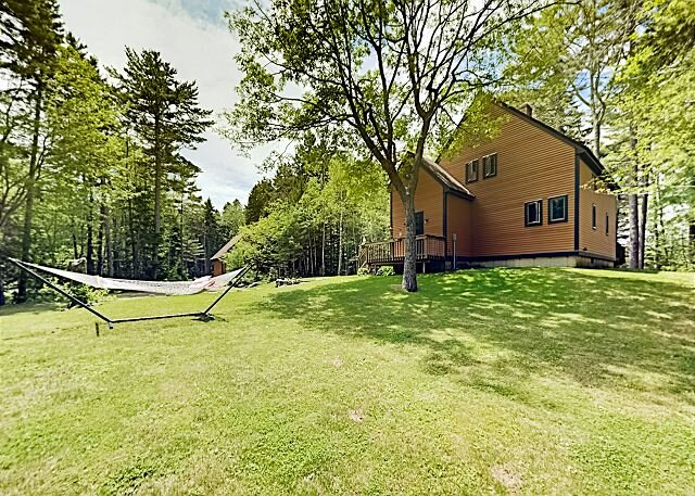 Appalachee Pond Waterfront Cottage | Decks, Sunroom, Dock with Kayaks & Canoe, holiday rental in South Bristol
