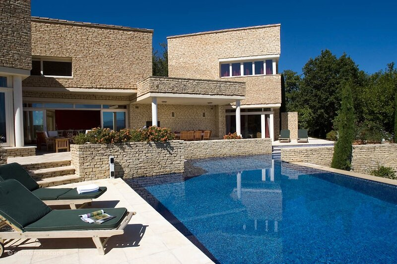 Saint-Pantaleon Holiday Home Sleeps 10 with Pool Air Con and WiFi - 5892456, holiday rental in Beaumettes