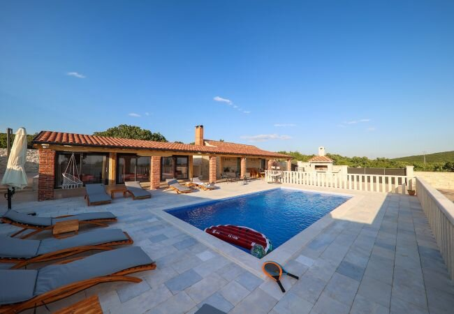 Lisicici Holiday Home Sleeps 8 with Pool Air Con and WiFi - 5892503, vacation rental in Benkovac