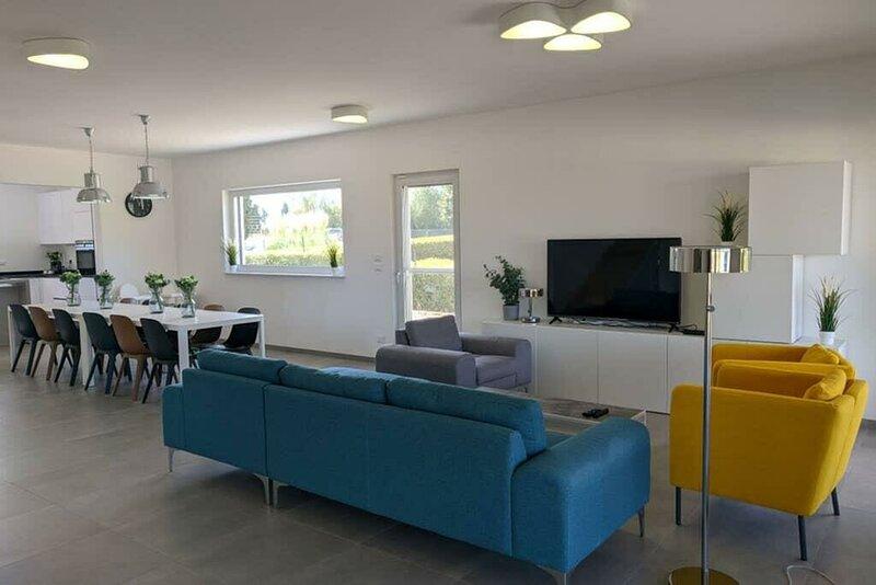 Big bungalow with swimming-pool, casa vacanza a Larzac