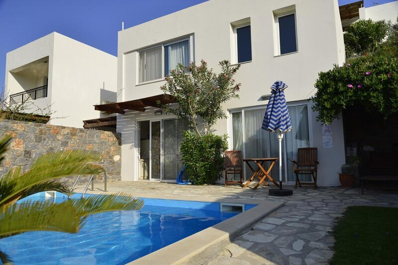 One bedroom villa with private seawater pool Just 150 meters from the sea, location de vacances à Istron