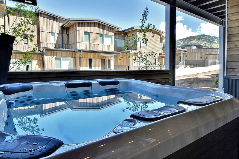 Private Hot Tub 4 Bedroom Residence in Canyons Village, casa vacanza a Snyderville