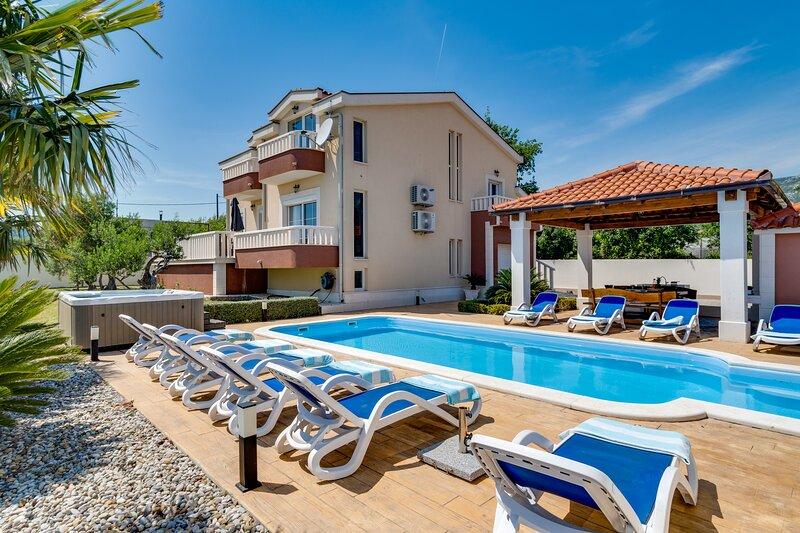 Villa Suker  Jacuzzi, Pool, 5 Bedrooms, close to the sea, 12 pax, location de vacances à Kastel Novi