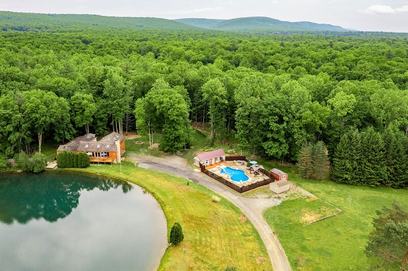 Lakefront Estate on 10 acres, Heated pool/Volleyball court/Soccer field/Hot tub, holiday rental in Effort