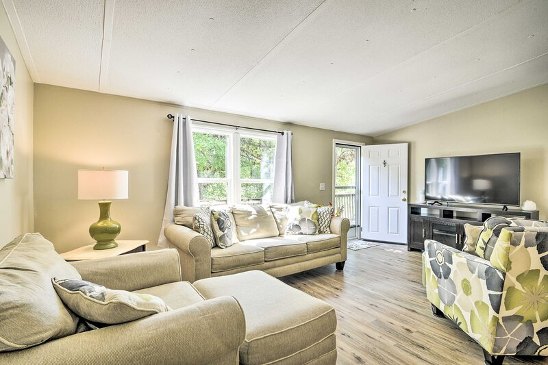 NEW! Cozy House w/ Huge Yard ~ 16 Mi to Fort Bragg, holiday rental in Sanford