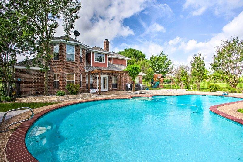 NEW! Family-Friendly McKinney Home w/ Patio & Yard, casa vacanza a McKinney