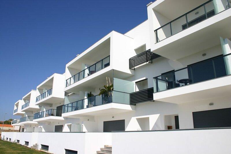 Solrio - outstanding 2 bed apartment (sleeps 6) in the heart of Alvor. AL9493/AL, vakantiewoning in Alvor