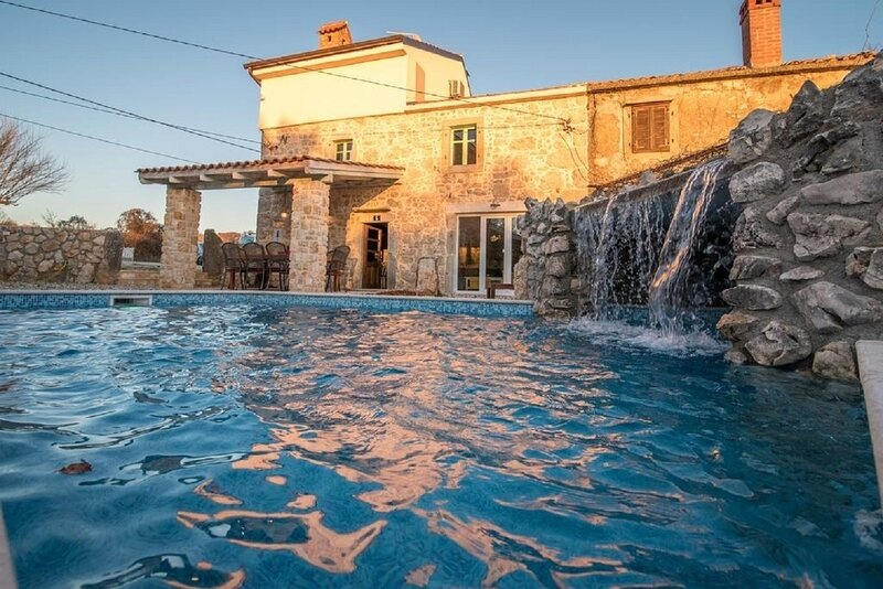 Frank - with pool; H(8+2) - Vrbnik, holiday rental in Garica