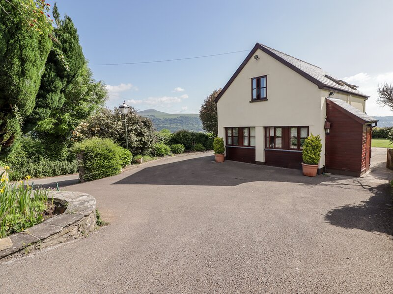 PENROSE COTTAGE, family friendly, country holiday cottage, with a garden in, holiday rental in Gilwern