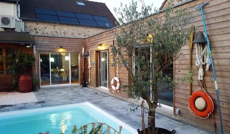 Spacious villa with shared pool, aluguéis de temporada em Coulommiers