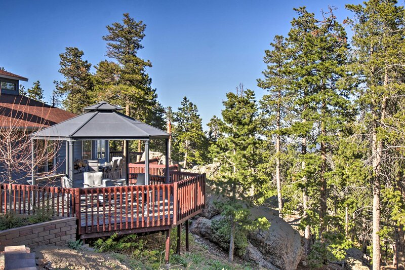 NEW! Private Evergreen Hideaway w/ Deck + Mtn View, holiday rental in Evergreen