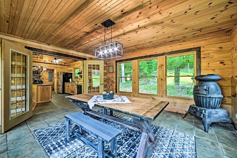 NEW! Woodsy Retreat w/ Deck & Kentucky Lake Access, holiday rental in New Concord