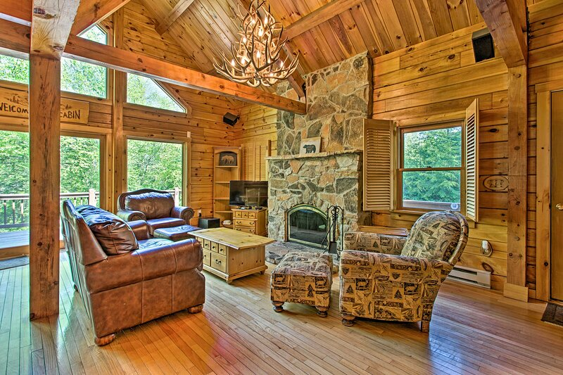 Deluxe Family Cabin with Game Room and Fire Pit!, casa vacanza a Pocono Pines