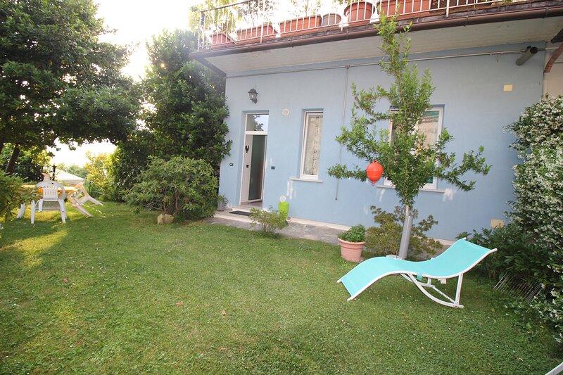 My friends private garden and view lake by garden, Ferienwohnung in Ameno