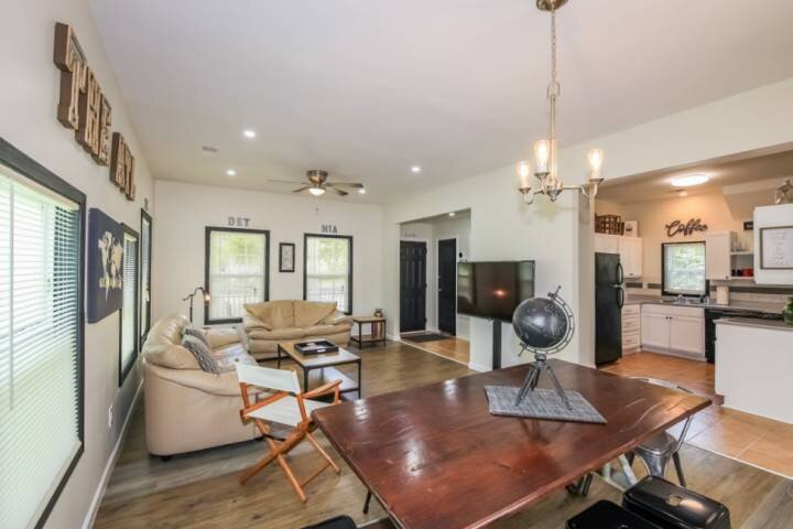 30% OFF Sept STAYS/! NEW LISTING!  9 MIN/4 MILES FROM MERCEDES/ ATL 4 BEDRS/3 BA, holiday rental in Hapeville
