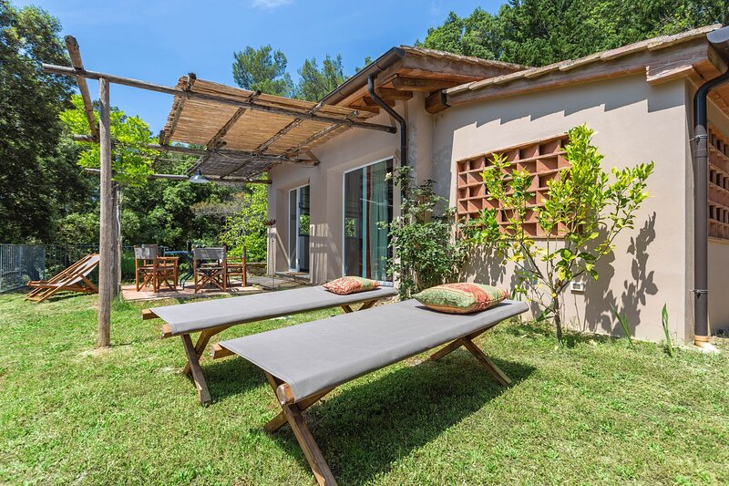 The mill cottage,A/C,Wi-Fi,terrace, shared hot tub, large green park, holiday rental in Pomaia