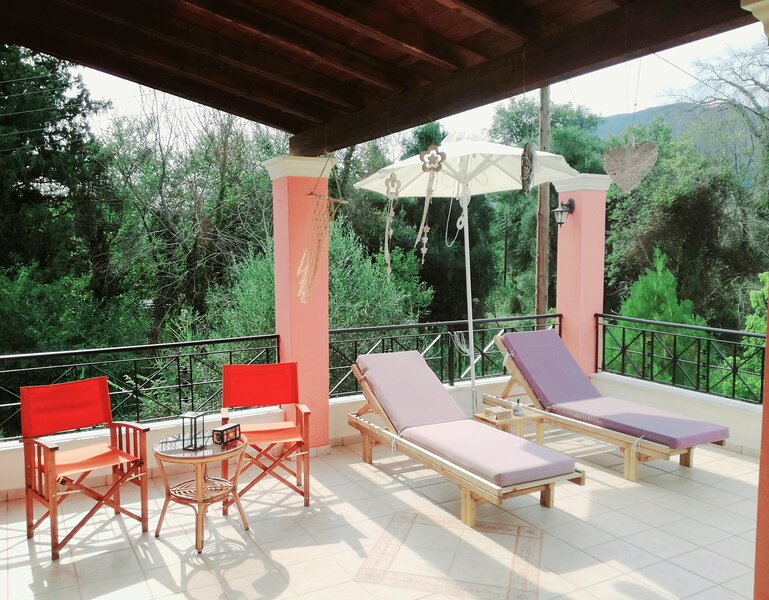 Villa Valia Seaside (Beach access private estate villa in Ipsos bay Corfu), holiday rental in Analipsi