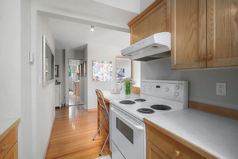 Very nice condo w/ pool terrace view in vancouver, holiday rental in Vancouver