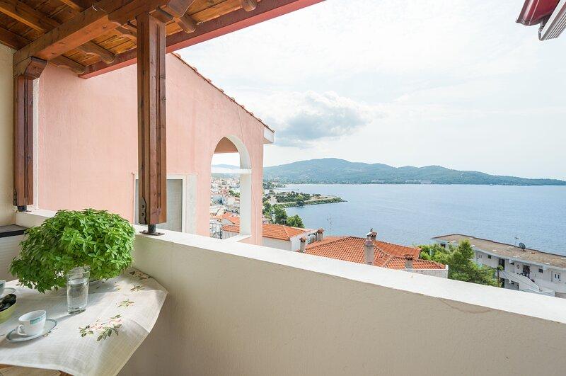 Amazing apartment with sea view, alquiler de vacaciones en Neos Marmaras