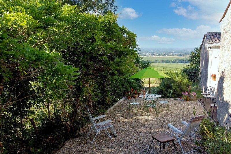 Peaceful 2-Bed Apartment in vineyard farmhouse, location de vacances à Lamonzie-Saint-Martin