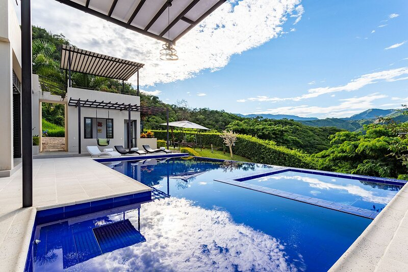 Anp009 - Holiday house with pool and mountain view, location de vacances à Silvania