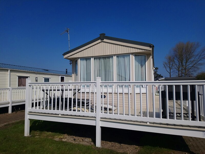 Great 6 berth caravan for hire with decking at Naze Marine in Essex ref 17008WC – semesterbostad i Walton-on-the-Naze