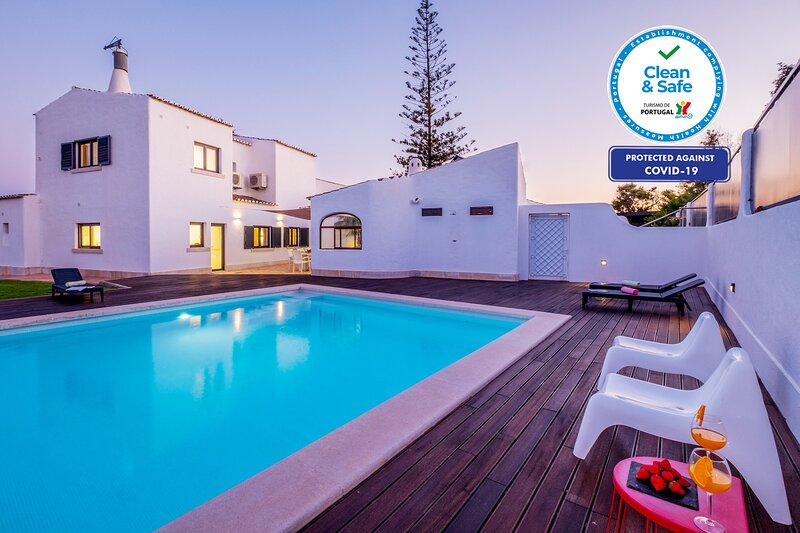 LUXURIOUS VILLA WITH SEA VIEWS, PRIVATE HEATABLE POOL, AIR COND, WIFI, BBQ, holiday rental in Benagil