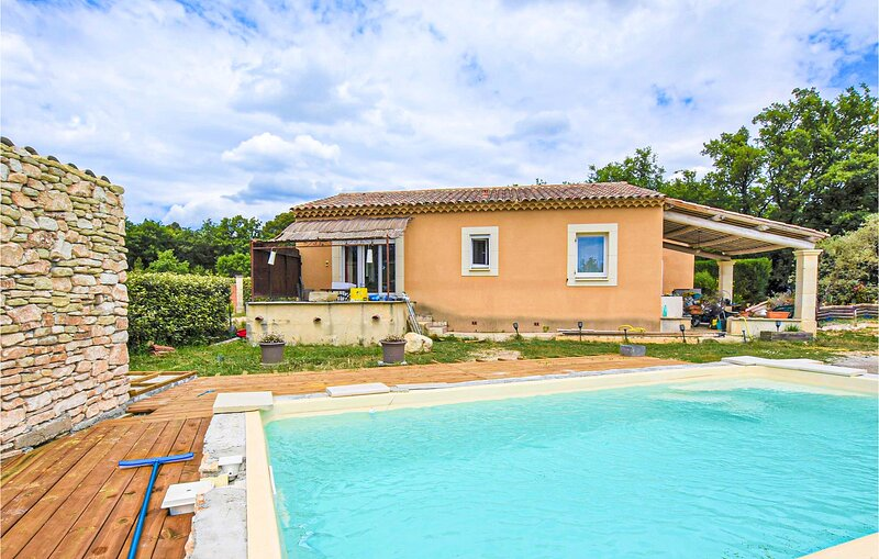 Stunning home in Saint-Saturnin-lès-Apt with Outdoor swimming pool, WiFi and 3, casa vacanza a Gargas