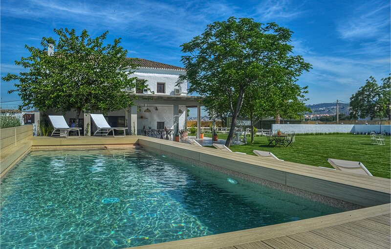 Nice home in Granada with Outdoor swimming pool, WiFi and 5 Bedrooms (EAC560), location de vacances à Alhendin