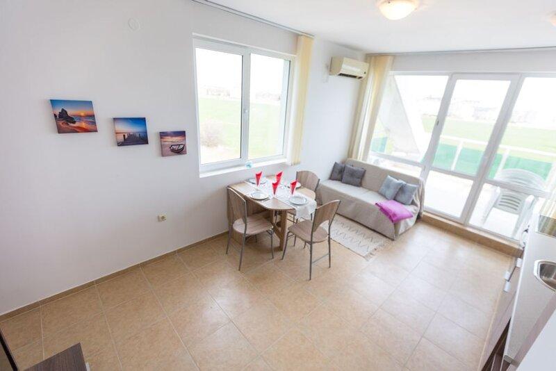 Stylish Sea View 1 Bed Apartment, casa vacanza a Ravda