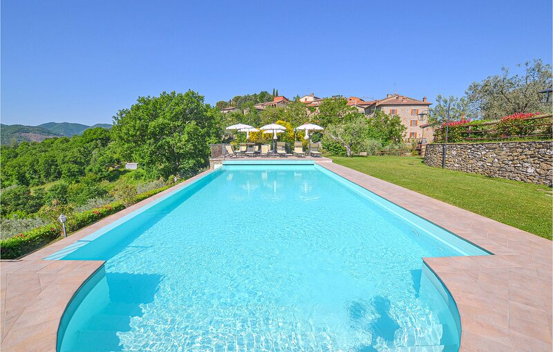 Beautiful home in Arezzo with Outdoor swimming pool, WiFi and 10 Bedrooms (ITA08, holiday rental in Palazzo del Pero