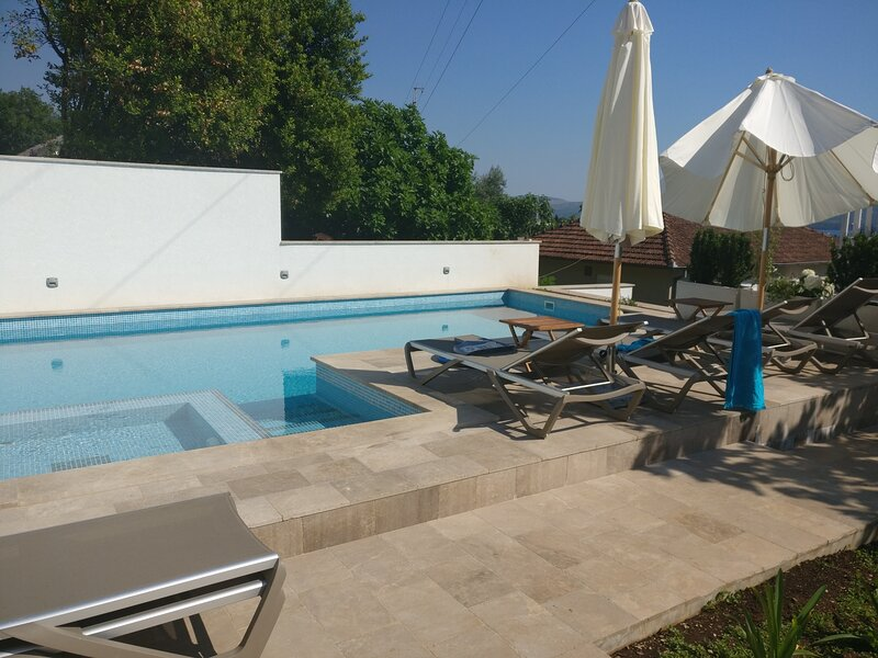 1 bed large Apartment  pool IVY HOUSE -  Tivat, holiday rental in Lepetane