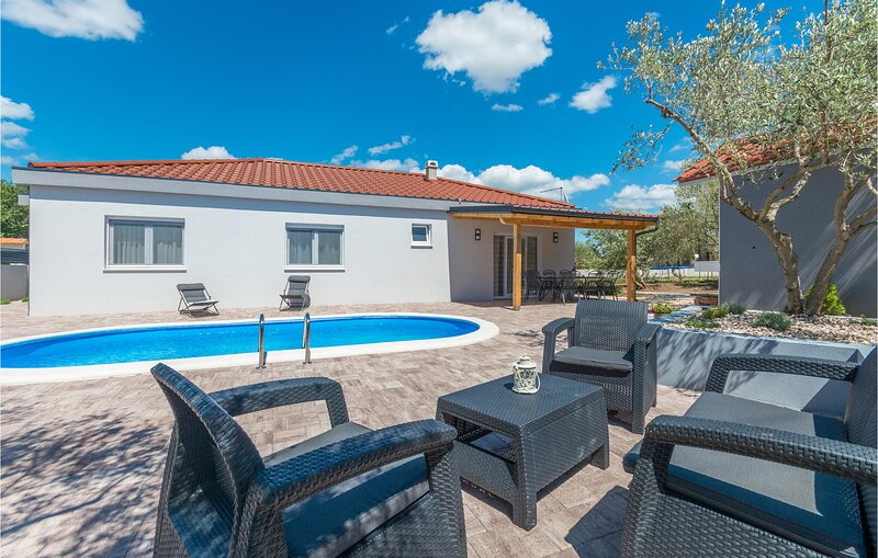Beautiful home in Sikovo with Outdoor swimming pool, WiFi and 3 Bedrooms (CDA824, holiday rental in Donje Raštane
