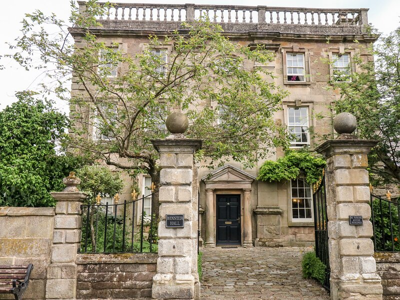 WINSTER HALL, Dog friendly, Grade II listed, four posters, open fire, in, holiday rental in Winster