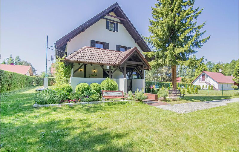 Beautiful home in Lubiatowo with WiFi and 6 Bedrooms (PPO345), vacation rental in Ostrowo