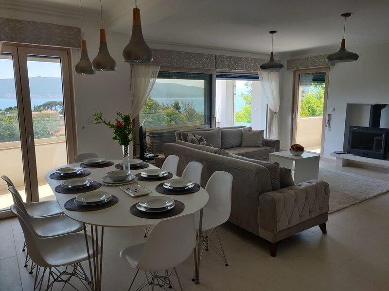 Impeccable 3Bed Ap. pool sea view IVY HOUSE Tivat, alquiler de vacaciones en Tivat