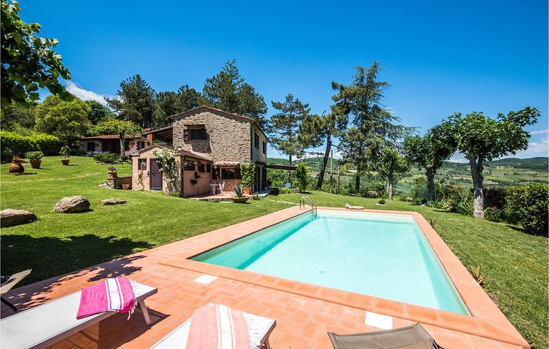 Beautiful home in Capolona with Outdoor swimming pool, WiFi and 2 Bedrooms (ITA0, holiday rental in Bibbiano