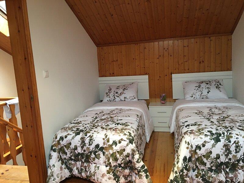 Casa de aldea en Espasante a 300 metros de la playa, holiday rental in Manon