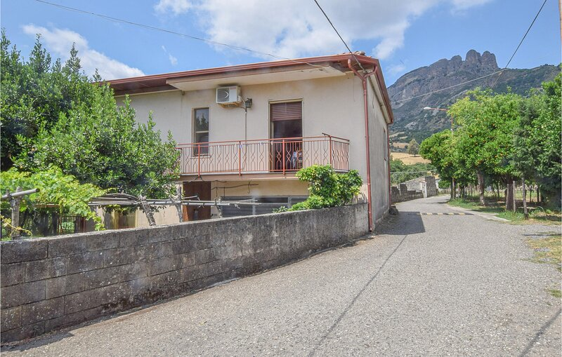 Beautiful home in Ciminà with WiFi and 4 Bedrooms (IKK596), holiday rental in Taurianova