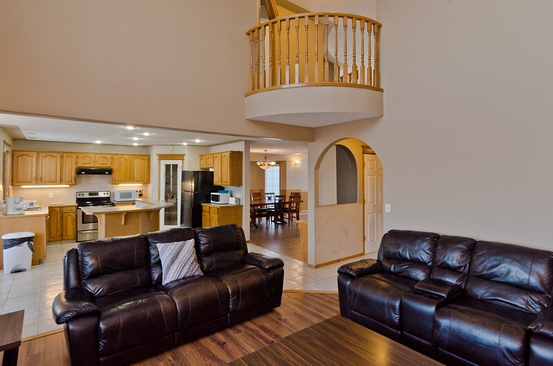 Lovely 5 Bedroom House near Lake Chestermere, holiday rental in Chestermere